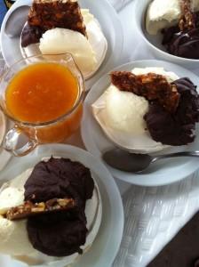 Stack di meringa, crema di mascarpone, ganache di cioccolato, croccante di mandorle
